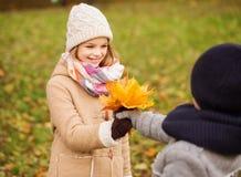 微笑的孩子在秋天公园 免版税库存照片