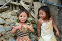 微笑的孩子在Hmong部落村庄 禁令Hin Ngon 万象省 老挝 免版税库存照片
