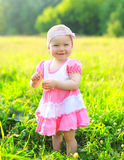 微笑的孩子晴朗的画象草的在夏天 图库摄影