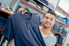 微笑的客户在服装商店 库存照片