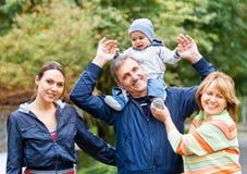 微笑的家庭和祖父母在乡下 免版税库存图片
