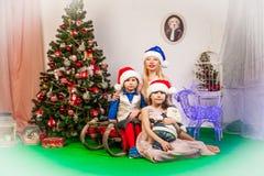 微笑的家庭在演播室 免版税库存照片