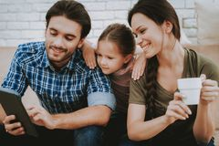 微笑的家庭在父亲手上的看片剂 免版税库存图片
