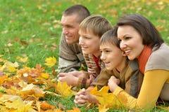 微笑的家庭放松 免版税库存照片