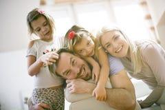 微笑的家庭画象  查看照相机 库存图片