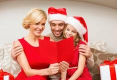 微笑的家庭读书明信片 图库摄影