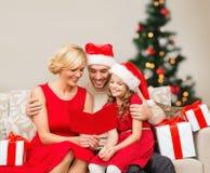 微笑的家庭读书明信片 免版税图库摄影
