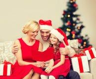 微笑的家庭读书明信片 库存照片