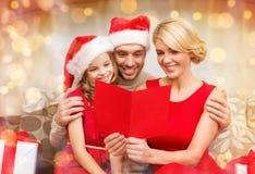 微笑的家庭读书明信片 免版税库存图片