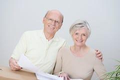 微笑的富感情的资深夫妇 免版税库存图片