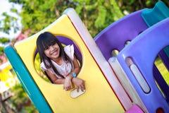 微笑的小亚裔女孩喜欢使用 免版税库存图片