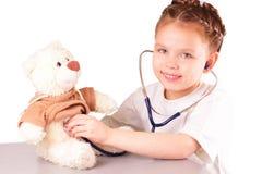 微笑的小医生女孩 免版税库存图片