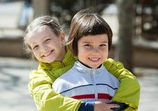 微笑的小女孩拥抱和 免版税库存图片