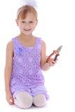微笑的小女孩拿着钳子 免版税库存照片
