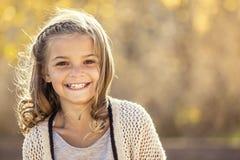 微笑的小女孩美丽的画象户外 图库摄影