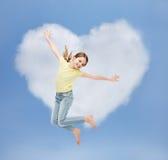 微笑的小女孩跳跃 免版税库存照片