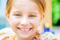 微笑的小女孩 库存图片