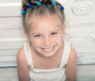 微笑的小女孩 免版税库存照片