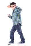 微笑的小男孩全长画象牛仔裤和杯子的 免版税库存照片