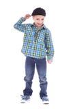 微笑的小男孩全长画象牛仔裤的 库存图片