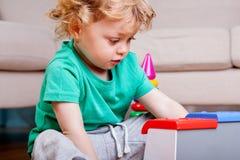 微笑的小男孩开会和使用 免版税库存图片