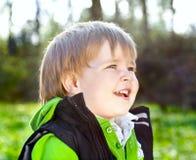 微笑的小男孩画象  免版税库存照片