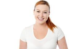 微笑的少妇偶然姿势 免版税库存图片