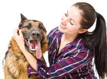 微笑的少妇和德国牧羊犬 免版税图库摄影