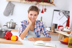 微笑的少妇在厨房里,被隔绝  库存图片