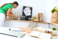 微笑的少妇在厨房里,被隔绝  免版税图库摄影