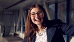 微笑的少妇在机场持她的与票的护照在手上 俏丽的女孩画象镜片的 股票录像