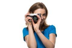 微笑的少妇摄影师 免版税库存图片