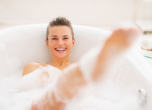 微笑的少妇有乐趣时间在浴缸 免版税库存图片