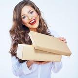 微笑的少妇藏品打开纸礼物盒 免版税库存图片
