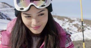 微笑的少妇滑雪假日 影视素材