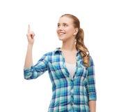 微笑的少妇pinting的手指 库存图片