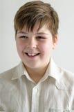 微笑的少年男孩画象一件明亮的衬衣的 免版税库存照片