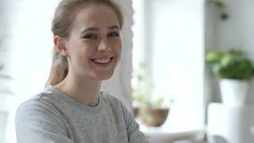 微笑的年轻女人画象  影视素材