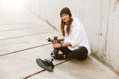 微笑的年轻有残障的妇女照片有利用仿生学的腿在st 库存图片