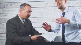 微笑的年轻经理说服客户签合同 股票视频