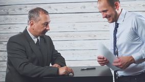 微笑的年轻经理说服客户签合同 影视素材