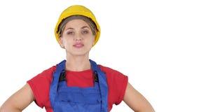 微笑的建设者工作者妇女身分和改变的姿势折叠手,在臀部的手,在口袋的手在白色 股票录像