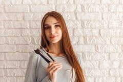 微笑的性感的女性模型特写镜头画象在美容院的与构成的缨子 库存照片