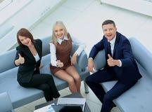 微笑的愉快的买卖人开会议在办公室 显示t 免版税库存图片