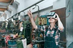 微笑的愉快的工业工厂女职工 免版税库存图片