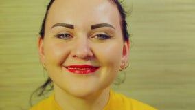 微笑的愉快的深色的妇女面孔 特写镜头 股票录像