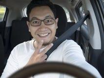 微笑的愉快的男性司机 图库摄影