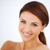 微笑的愉快的美丽的妇女 免版税图库摄影