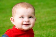 微笑的愉快的逗人喜爱的婴孩画象 免版税库存照片