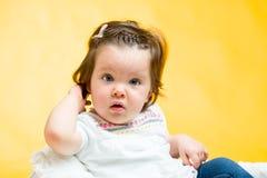 微笑的愉快的8个月女婴 免版税图库摄影